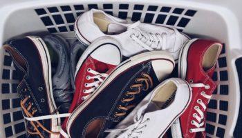 memilih_sepatu_sekolah