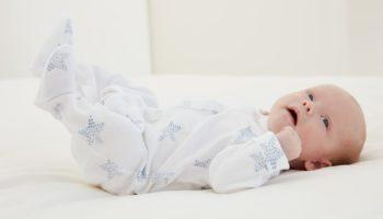 memakaikan_baju _bayi